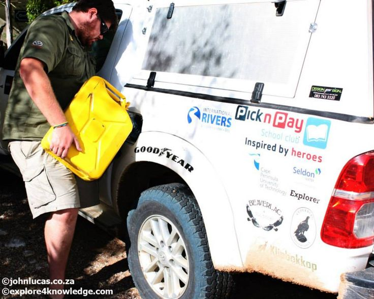 @JohnLucas_co_za filling the #Toyota #Hilux with fuel from #JerryCans along the #OlifantsRiverWC #e4k_water #Research and #Environmnetal #education #Project #explore4knowledge #e4k_JohnLucas #e4k