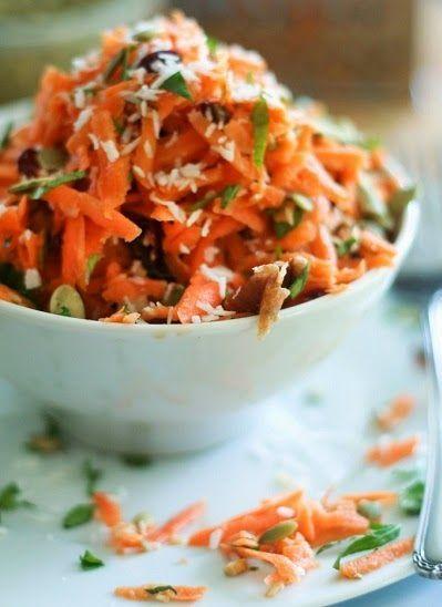 Ensalada navideña de zanahoria | Vida Lúcida: - zanahorias ralladas grueso, 1-1/2 cucharadas de semillas de sésamo (ajonjolí),  2 cucharadas de uvas pasas, 1 cucharada de semillas de girasol, 6 cucharadas de copos de coco, sal marina y pimienta al gusto, cilantro al gusto. Para el aderezo : Aceite de oliva y limón