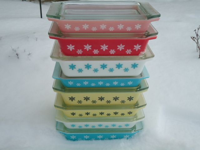A colorful set of snowflake Pyrex dishes! I want all of them!