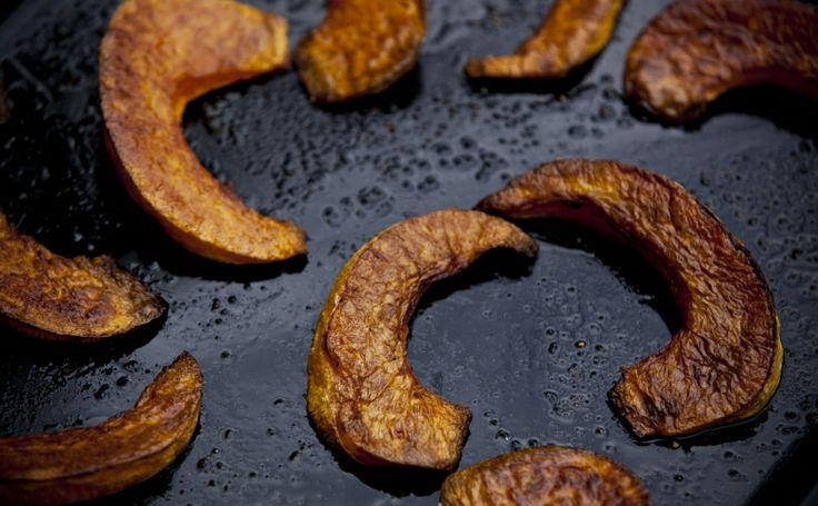 Dýňové hranolky - skvělé zužitkování úrody dýní ze zahrady a navíc jídlo, které krásně zahřeje, i podle toho, jaké třeba ještě přidáte koření. Recept: http://www.kitchenette.cz/clanek/104-pecena-dyne-s-bylinkami