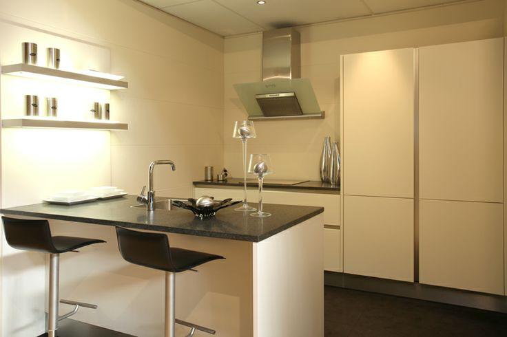Moderne eiland #keuken bij Van Wanrooij in Tiel: http://vanwanrooijtiel.nl/inspiratie/keuken-ideeen/keuken-stijlen/moderne-keuken/