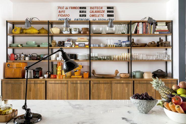 """Apesar do quebra-quebra, muitas características originais foram mantidas, a exemplo do piso. """"Apenas completamos e restauramos os tacos antigos, que revestem a área da sala e seguem até a cozinha"""", explica Ademir, diretor de design e tendências da Tok & Stok."""