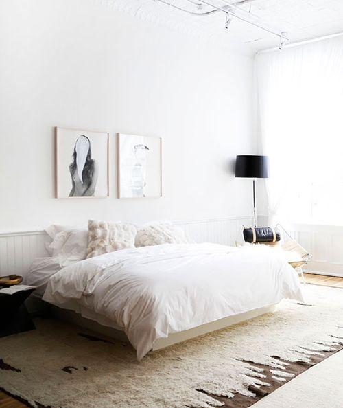 Une chambre zen et minimaliste, tons blancs et tapis douillet / beautiful minimalistic bedroom, white hues comfy rug