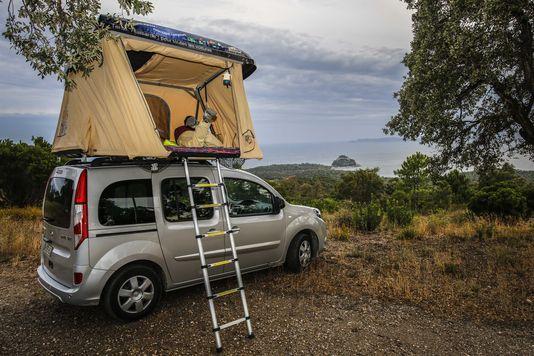 Tente Hussarde  une autre sorte de capsule   http://hussarde.fr/  lemonde.fr/m-voyage/article/2015/10/14/cette-tente-grimpe-sur-le-toit-des-voitures_4789185_4497613.html
