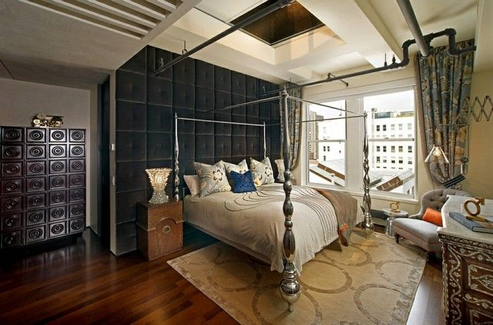 Schwarze Paneele mit Polster dekorieren diese Trennwand