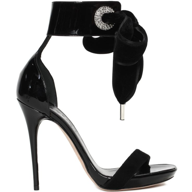 Sandale à talon fin enveloppant la cheville avec œillets en cristal Swarovski ; ruban de velours et bride sur les orteils. AUTOMNE/HIVER EUR 715,00 DESCRIPTION|