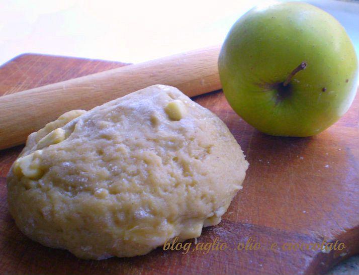 la pasta frolla alla mela è un'ottima base per fare una deliziosa crostata magari con un dolce ripieno di mele