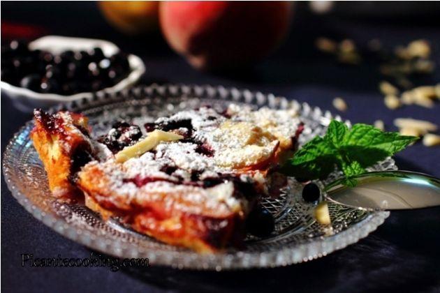 Clafoutis z brzoskwiniami, jagodami i migdałami