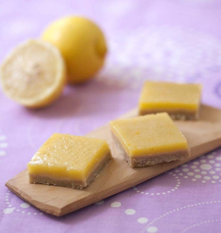 Les carrés au citron : l'association d'une pâte sablée et d'une garniture fondante au citron. Pour les fans de tarte au citron ! Cette recette est extraite du magazine Odelices n°15. Une autre variante à découvrir : les biscuits au citron.