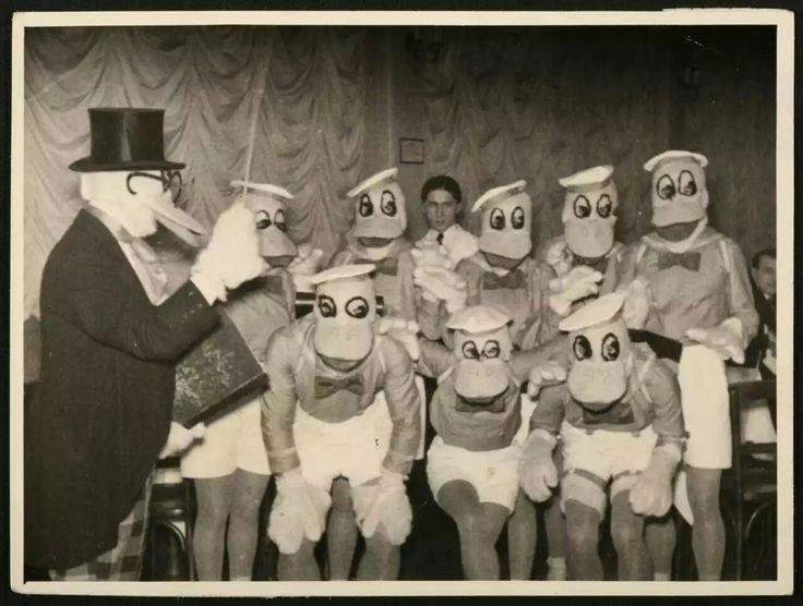 """1930'erne  Vejen før der selv var sådan noget som """"cosplay"""", og det var """"bare nogle mennesker dressing op i kostumer, fordi det er sjovt"""", disse herrer i 1930'erne Serbien lavet en paddling af Anders And kostumer fra uanset var liggende.Det er anstændige værk for den tid, men det er lidt skræmmende i disse dage."""