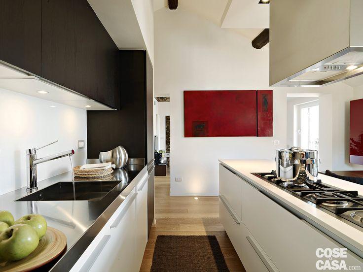 Sullo sfondo classico di un appartamento d'epoca il progetto ha permesso di valorizzare elementi architettonici e materiali originari, integrandoli in un nuovo contesto contemporaneo.
