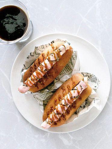 スタウトビールにぴったりなガツン系肉料理。肉汁をたっぷり吸ったグリル野菜をソースに使う豚ハムのホットドッグはまさに最適の一品。 レシピはこちら