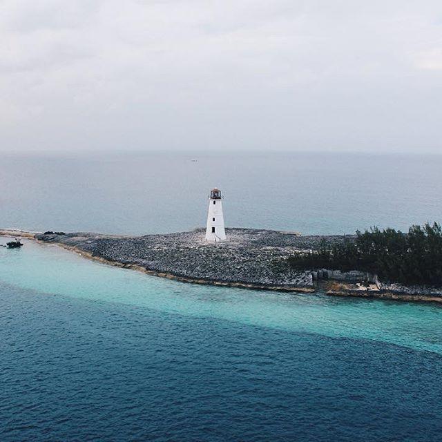 А это фото я сделала в марте, буквально через пару недель после предыдущей картинки. Тоже маяк, тоже на побережье Атлантики. Только прошлый маяк стоит на Севере Франции и на него мы любовались с лучшими друзьями, а мимо этого маяка мы проплывали с родителями на Багамах. Маяки как братья, разделенные океаном, один холодный другой теплый. Эти две картинки мне безумно греют душу, напоминая, что мир маленький, путешествия прекрасны, в любом уголке планеты  можно оказаться с самыми любимыми…