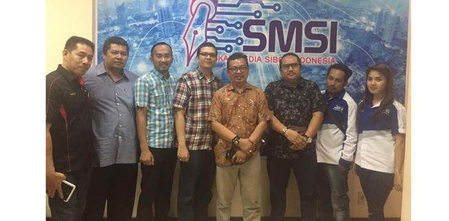 Kunjungan SMSI Babel  Pengurus Pusat Serikat Media Siber Indonesia (SMS), Dar Edi Yoga (empat dari kanan), menerima kedatangan pengurus SMSI Provinsi Bangka Belitung, di Sekretariat Pusat SMSI di kawasan Gatot Subroto, Jakarta Selatan, Selasa (13/6). Sampai saat ini, SMSI sudah berdiri di 20 provinsi. RMOL