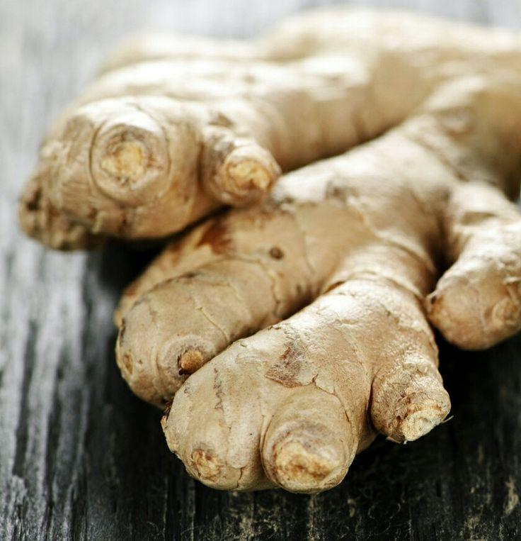 La raíz dejengibreayuda a inhibir el apetito excesivo y además tiene un efecto termogénico en el organismo, lo cual acelera el metabolismo y promueve que el cuerpo queme grasas.