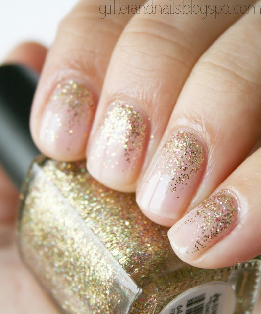 Un dégradé pailleté doré (vu sur Glitter and Nails)