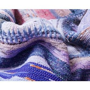 人気色の一つ「メレク」。 トルコの黒ヤギの毛を使ったカプート織物を、スーキーのバルセロナ本社のデザイナーが再生させました。人気のキリム織物の兄弟分(キリムは白ヤギの毛)のこの綴れ織、肌触りも柔らかく、豊かなすみれ色のグラデーションは、お部屋を華やかに、でも落ち着きを持ってまとめてくれる1枚です。¥24,840から。 http://www.sukhi.jp/caput-melek-patchwork-collection-3.html #エシカル #エシカルインテリア #インテリア #インテリアコーディネート #sukhi #スーキー #カスタマイズ #フェアトレード #オーガニック #トルコ #ビンテージ #ラグ
