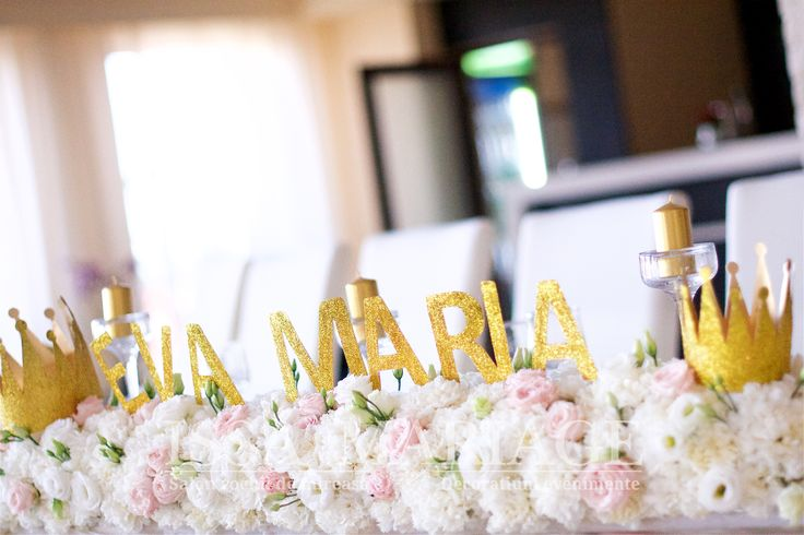 Botez Batca Dragasani cu aranajament floral deosebit si initiale auri