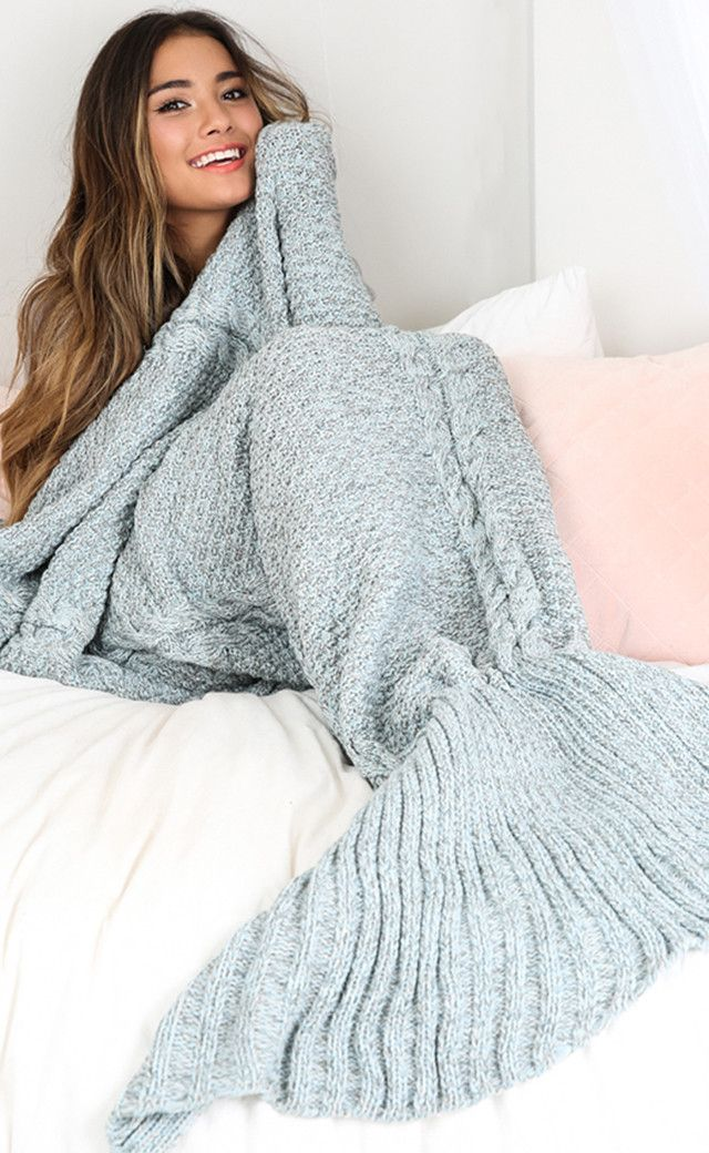 ♡How cute is our mermaid blanket! Keep warm and cosy for the cooler days with some extra detail with the mermaid tail.♡ Comes in three unique colours, a must for every girls night in! - Fabric: 100% a
