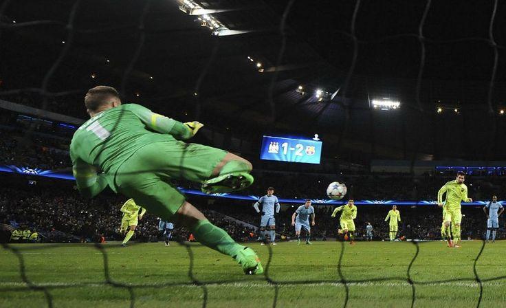 Podemos ver que este portero se lanza a la dirección donde va el balón , el balón esta en el aire y los jugadores están a la espera de lo que va a suceder  , observando que el marcador va 2-1.