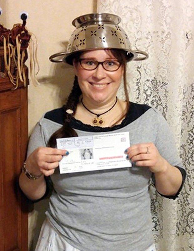 Na carteira de motorista, americana exibe foto com escorredor na cabeça indsay Miller conseguiu na Justiça o direito de manter foto. Ela é seguidora da satírica 'Igreja do Monstro do Espaguete Voador'.