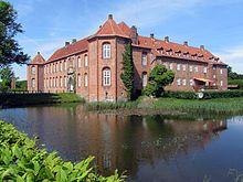 Visborggård, Jylland - Den nuværende bygning er opført af Jakob Enevoldsen Seefeld i 1575-76 og ombygget i 1748-1796, men gården nævnes allerede fra midt i 1300-tallet.
