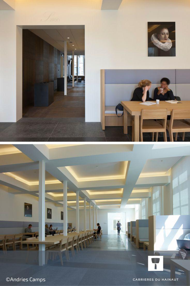 Les cantines et réfectoires sont de grands espaces qui manquent parfois de style et d'élégance. Un sol en pierre bleu gris clair apporte de la classe et se marie très bien avec une architecture contemporaine.  #Horeca #Cantine #ArchitectureIntérieur #Design