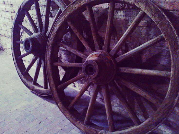 Oud wagenwiel voor decoratie. Karrewiel.