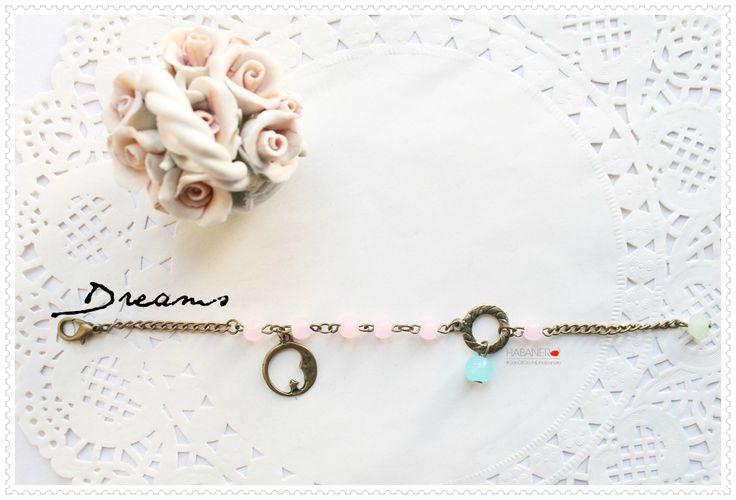 ➲ [Bracciale \\ 18cm] Catenina color bronzo, pendente luna in lega metallica color bronzo, perline in vetro rosa pastello, perla in vetro azzurro pastello pendente. Perlina finale in cristallo verde acqua. Chiusura, a moschettone, regolabile.