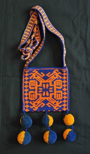 Morral Huichol tejido y bordado con hilos multicolores en diseños fieles a la cosmovisión y simbolismo de su cultura. Jalisco y Nayarit, México.