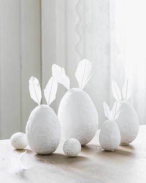 DIY-Pappamaché-Eier mit Federöhrchen