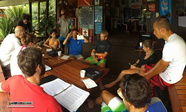 The 7 candidates listen to Pablo's tips and advice on underwater organisation and control :) Pay particular attention to mobile skills!