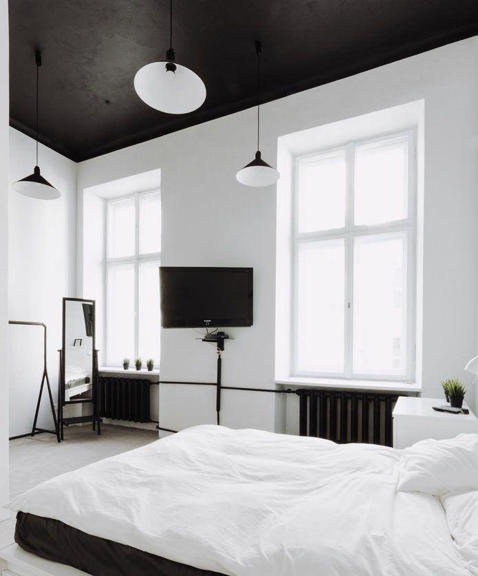 Черный потолок в интерьере спальни