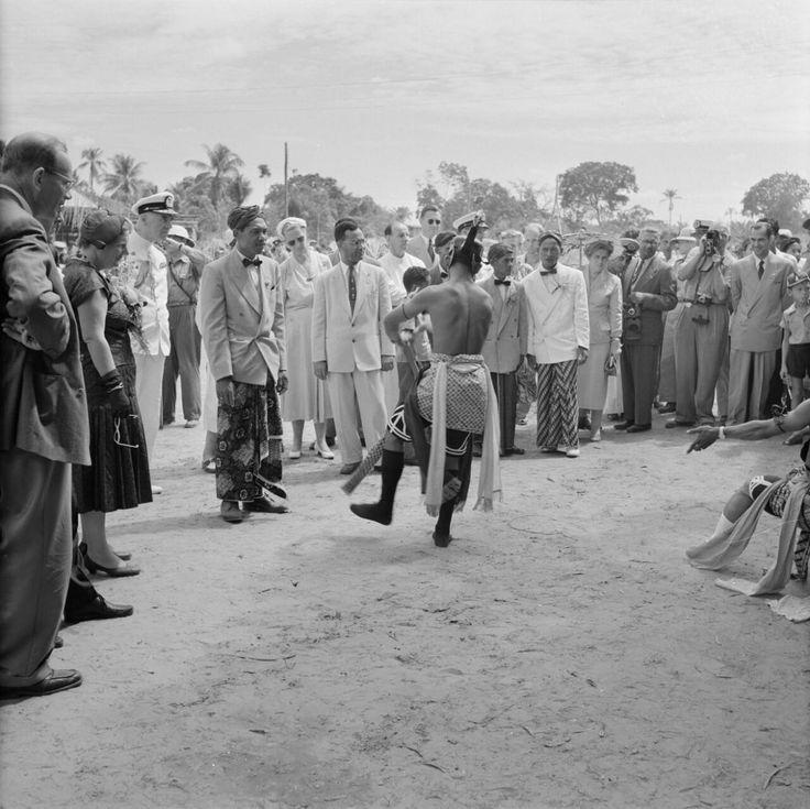 Poll, Willem van deVervaardigingsdatum 1955-11-03/0000-00-00Beschrijving Het koninklijk gezelschap kijkt naar javaanse dansen in Lelydorp. In het midden Johan Ferrier, voorzitter van de ministerraad