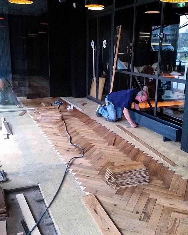 De #oudeplank is een mooie #eiken #visgraat #vloer aan het monteren bij restaurant #zarzo in #eindhoven.