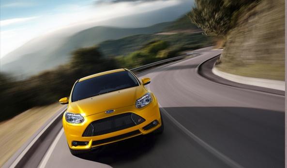 La dirección EPAS del Ford Focus ST, tiene como una de sus ventajas, el sistema de compensación automática de la dirección, con él, el vehículo ajusta automáticamente el volante sin que lo notes, además de representar un menor peso de arrastrar para el motor, te permite acelerar sin perder el control en superficies irregulares. El Sistema detecta las condiciones y de inmediato actúa para ayudarte a mantener control total. #Ford #FocusST2013