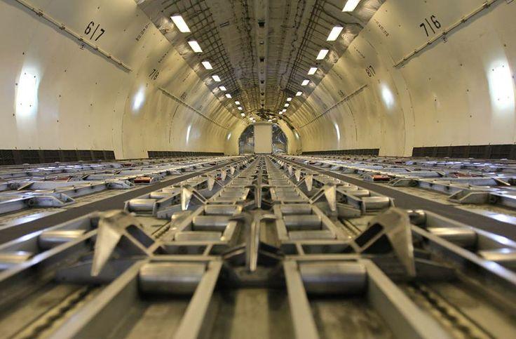 Kontenery z towarem przesuwa się po specjalnych rolkach umieszczonych w podłodze luku towarowego MD-11. Fot. Dariusz Kłosiński