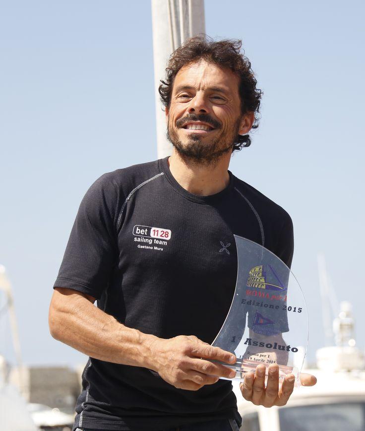 Gaetano Mura sul podio della Roma x 1. La regata partita da Riva di Traiano vinta dal velista di Cala Gonone
