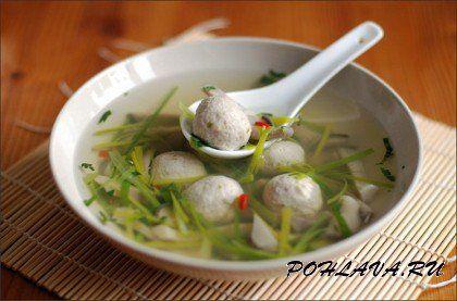 Китайский суп с фрикадельками из мяса и рыбы Китайский суп является интересным блюдом, в котором сочетаются рыба и мясо. Для приготовления блюда потребуется: соевый соус, кинза, перец чили, 1,5 литра бульона, 100 гр вешенок, зеленый лук, перец молотый, соль, кукурузный крахмал, херес, 1 яичный белок, 100 гр филе белой рыбы, 150 гр свинины