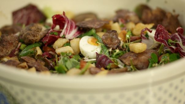 Eén - Dagelijkse kost - salade met kippenlevers, spekjes en croutons