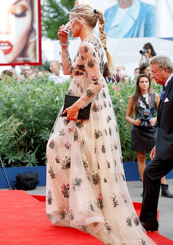Laura Bailey. Invitada perfecta. Vestido de Valentino con flores. Estilo romántico. · Valentino chiffon gown. The perfect guest