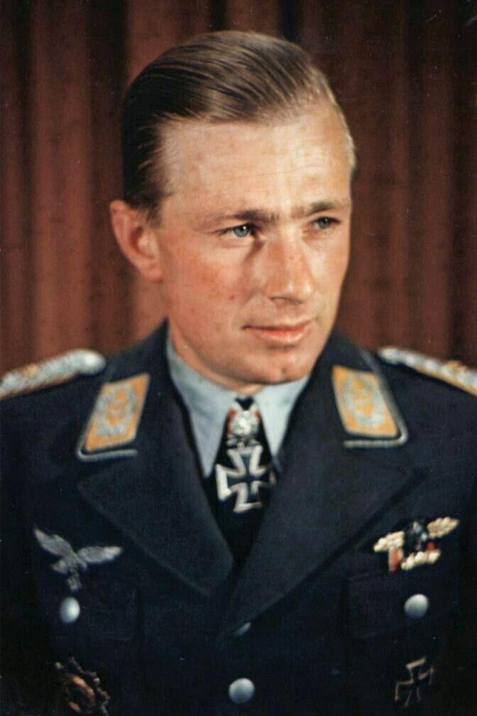 Oberleutnant Helmut Lent (1918-1944), Staffelkapitän 6./Nachtjagdgeschwader 1, Ritterkreuz 30.08.1941, Eichenlaub (98) 06.06.1942, Schwerter (32) 02.08.1943, Brillanten (15) 31.07.1944