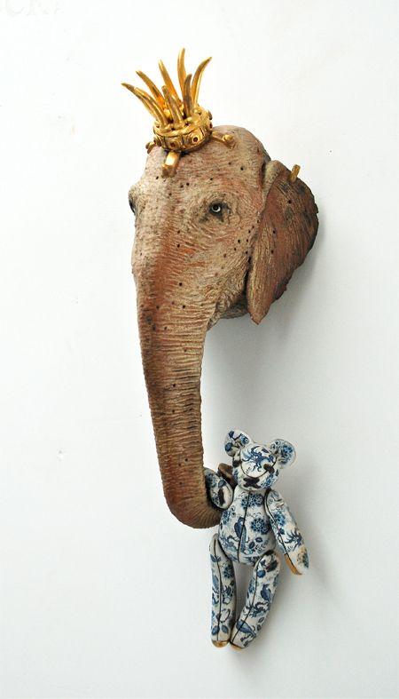 Olifant met Hollandse buit - 29x15x14 cm - keramiek, gouden oorring, transfers - 2013