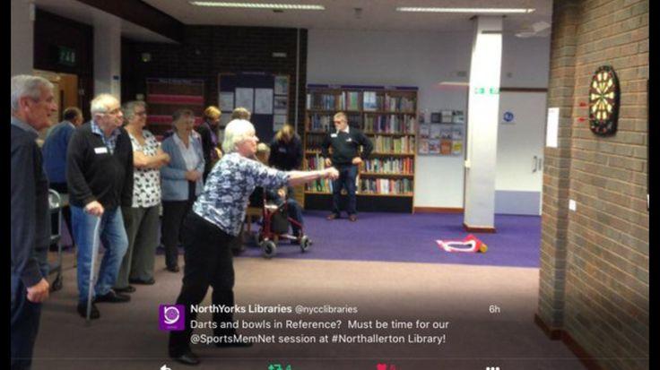 OLDER PEOPLE Julkiset tilat kääntyvät moneen käyttöön. Kuvassa ikäihmisten tikanheittoa kirjastossa.
