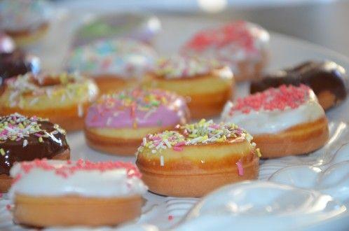 mini-donuts faciles,mini-donuts avec appareil,des beignets faciles et légers à glacer avec du chocolat,glaçage au sucre glace