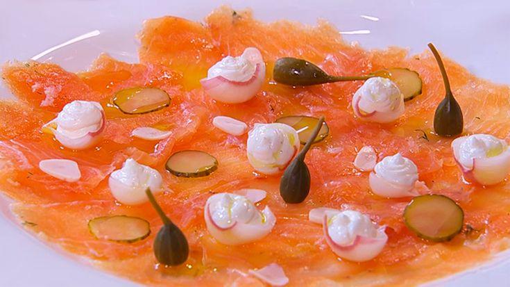 Loshermanos Torresse meten entre fogones a sacarle el jugo al salmón. ¿Quieres aprender a marinar el salmón en casa?...