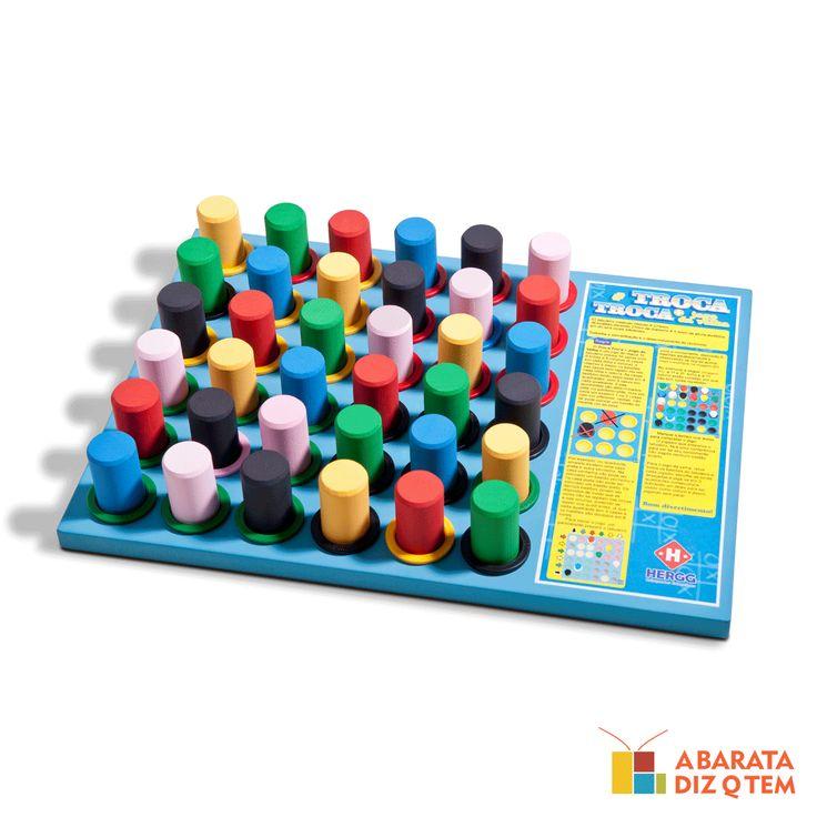 Troca Troca + Jogo da Velha - Um tabuleiro de madeira com trinta e seis casinhas, cada uma com seu respectivo bloquinho colorido. Mas são dois brinquedos em um só tabuleiro? Troca Troca e jogo da velha? Sim, e vamos lhe explicar como isso é divertido.