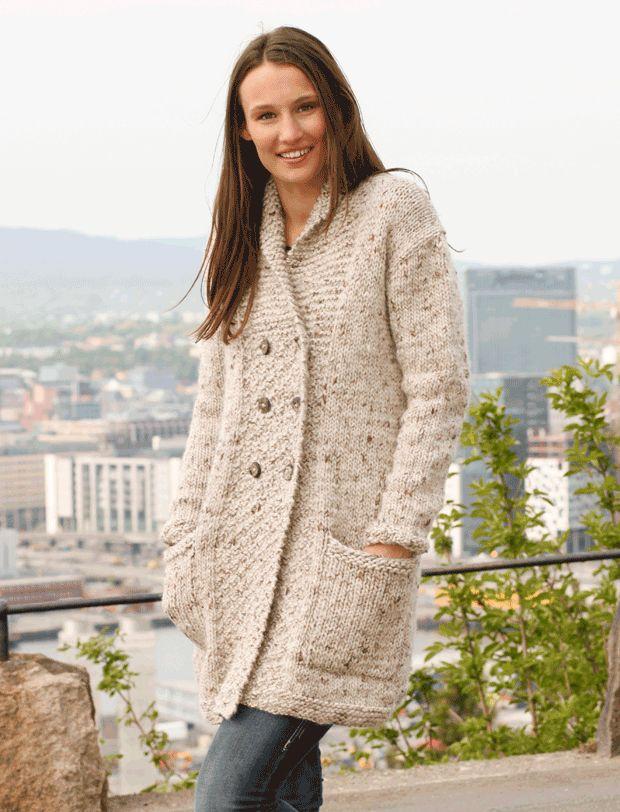 Uhm … er der noget som en blød og dejlig ulden jakke? Den dobbeltradede jakke med sjalskrave er strikket i tykt tweedgarn, Eskimo, som også findes i både ensfarvet og med print. Det sværeste bliver at vælge farve. Du strikker den på pinde nr. 8.