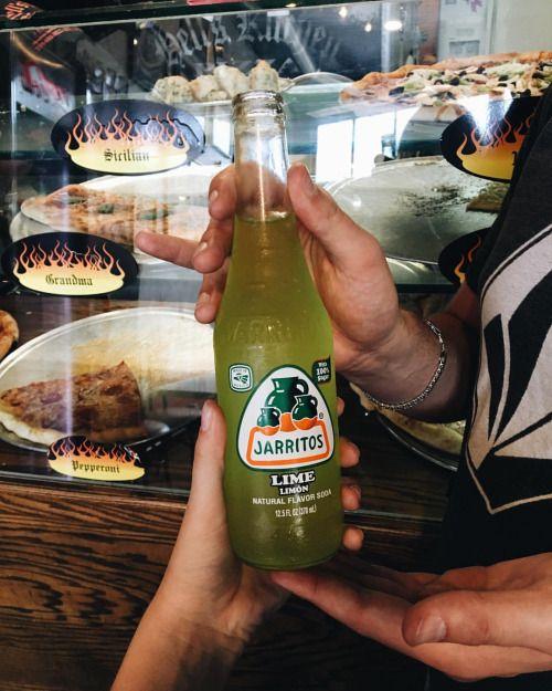Me_Zornichka Приятного мне аппетита 😅🍕🍾 Мне снова нужно начать бегать 🏋🏽⛹🏽 Американцы очень много кушают 🙊 #Jarritos #PizzaPlace #TooMuchFood #WhyGodWhy #trvlblog #mexican #drink #food #pizza #manitou #travel @wader #lust #wanderlust #usa #america #vsco #film