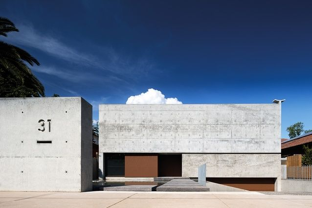 The bold simplicity of this house, designed by Mexican architect Andrés Casillas and Melbourne-based Evolva Architects, introduces modernist Mexican design to a suburban streetscape of Melbourne.